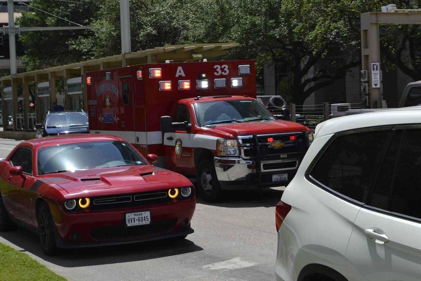 Autos und Krankenwagen auf belebter Straße